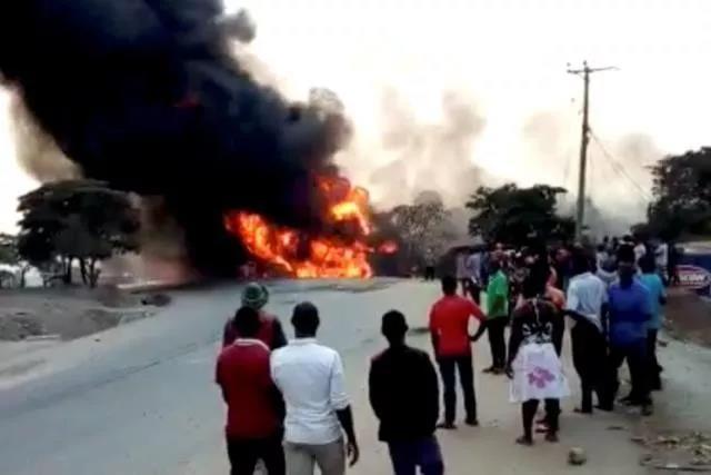 乌干达发生油罐车爆炸事故.jpg